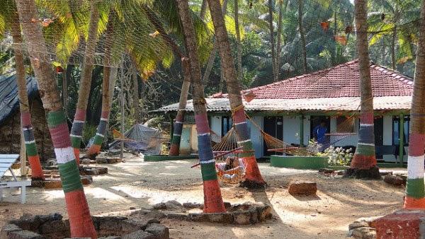 Strandhaus mit Palmen und Hängematten