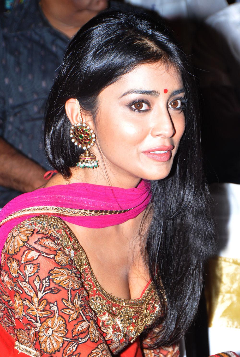 Bollytter: Shriya Saran Hot Photos in deep Cleavage