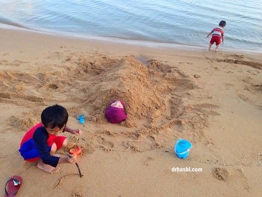 mandi di Pantai Cherating sambil tanam pasir