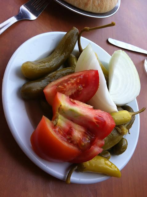 חמוצים, עגבניה, בצל, אבו שאקר