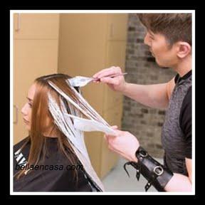 el pelo alrededor de la caída natural y flecos, y aplicar la Pura Luz Balayage Lightener a la superficie de las secciones para crear una concentración