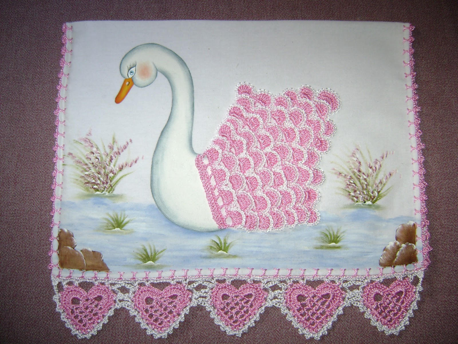 Lindo guardanapo com barrado em crochê e cisne pintado a mão também