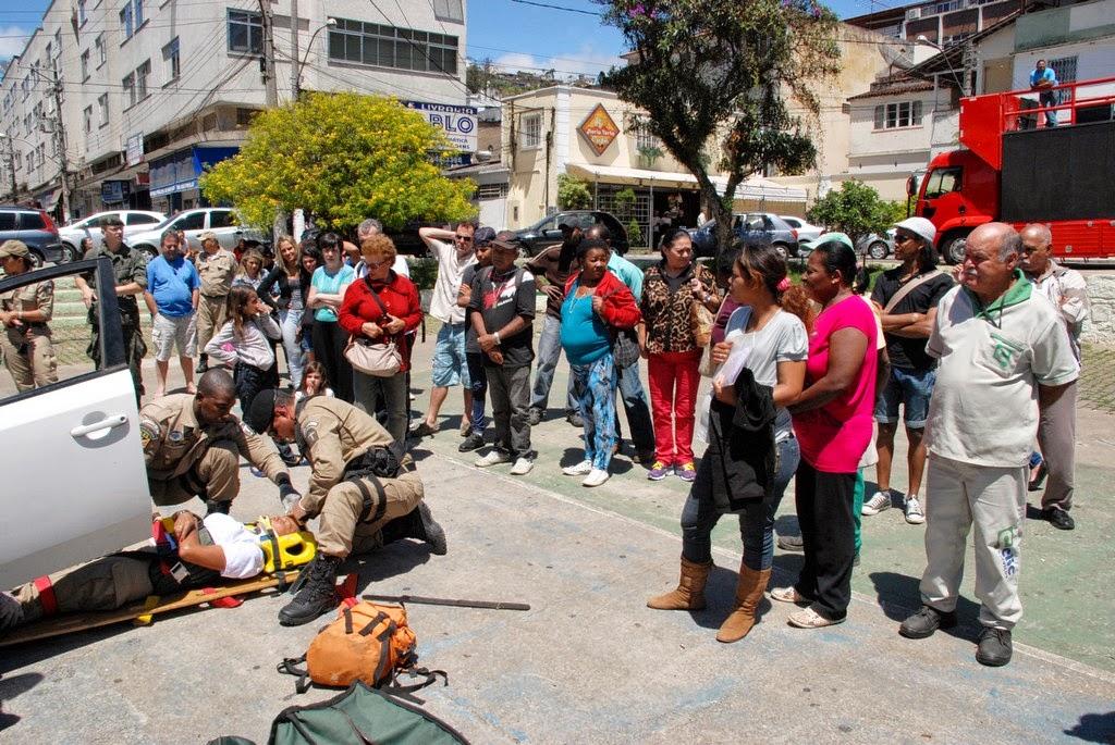 Público assiste simulação de resgate de vítima de acidente de trânsito