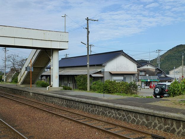 長門三隅駅舎と新谷商店
