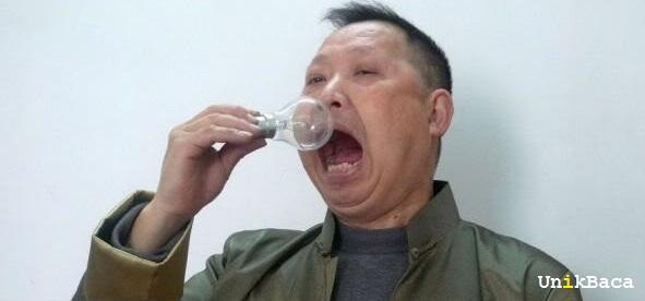 Selama 42 Tahun Pria ini Makan Lampu 1.500 Buah