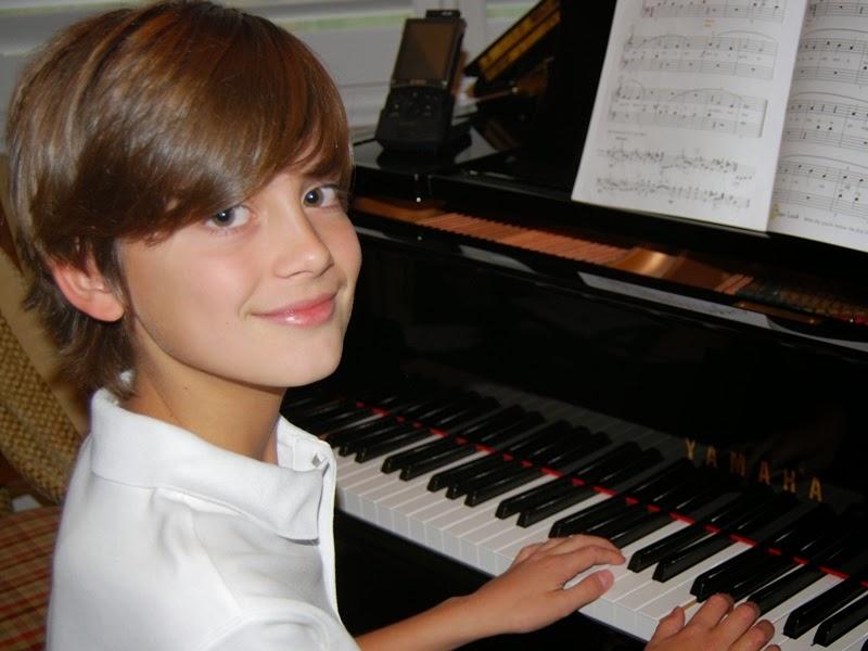 Foto gratis anak laki-laki keren bermain piano