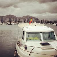 Barco en Port d'Alcudia en Mallorca
