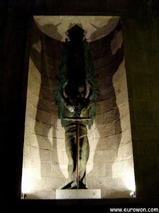 Estatua del mausoleo franquista de El Escorial
