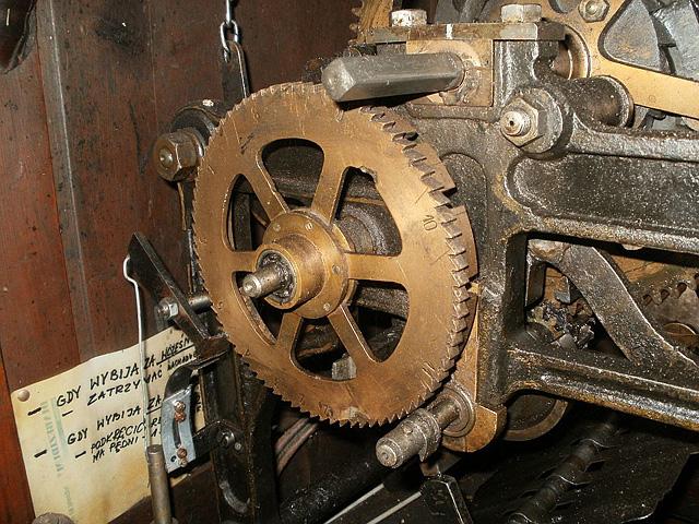 Końskie, zegar firmy J. Pazderski z Warszawy, z 1913 roku - mechanizm regulacji zegara. Fot. Paweł Kałwiński.