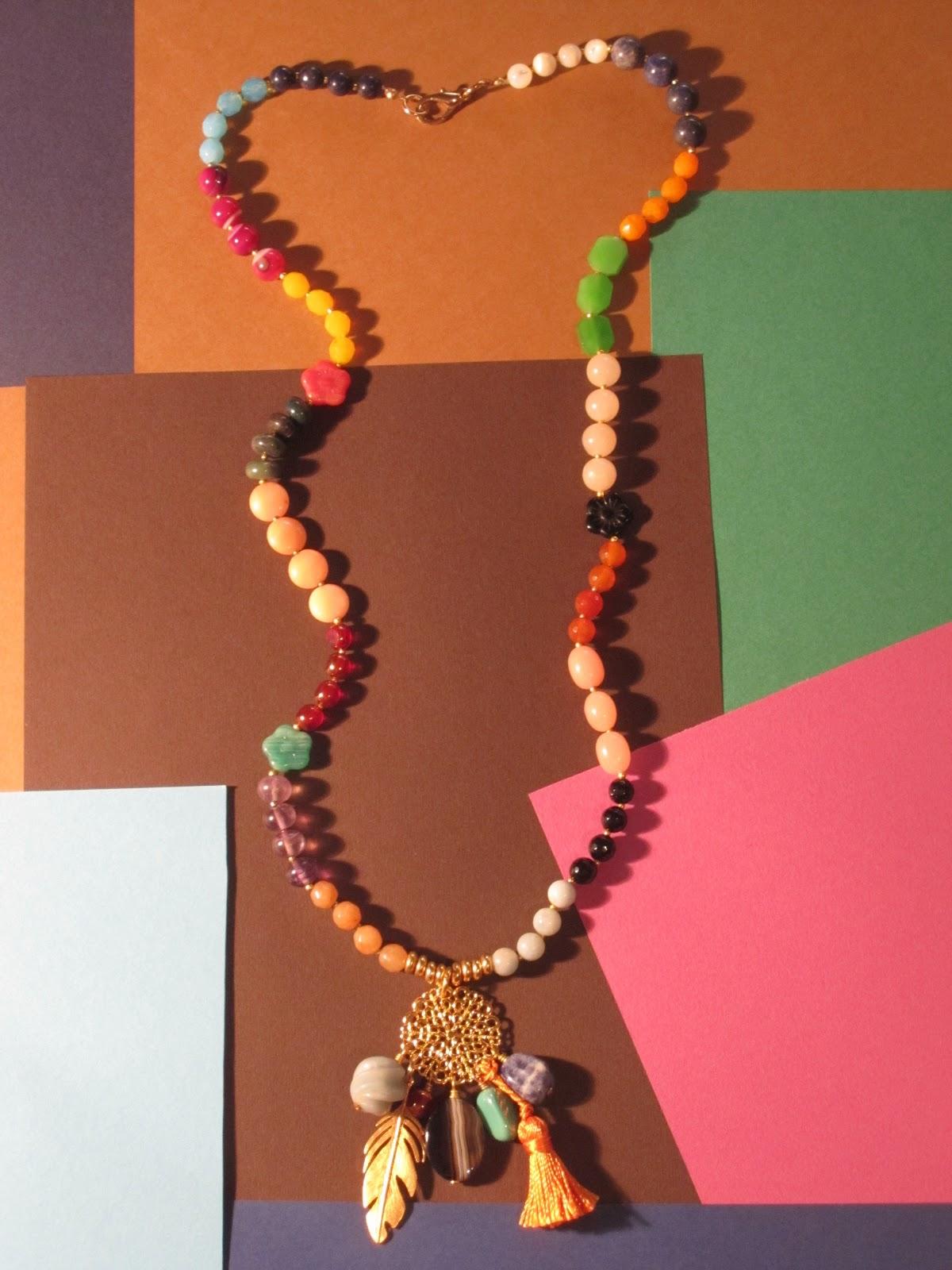 BORLA NARANJA Collar largo en dorado con cerca de 80 piedras semipreciosas ágatas, cuarzos, sodalitas, jades, amazonitas, ónix, coral, cristal de bohemia,
