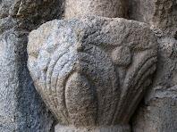 El capitell del cantó esquerra de la porta decorat amb motius florals