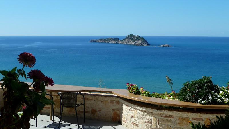Blick auf das felsige Eiland Gravia in der Bucht von Arillas (Korfu)