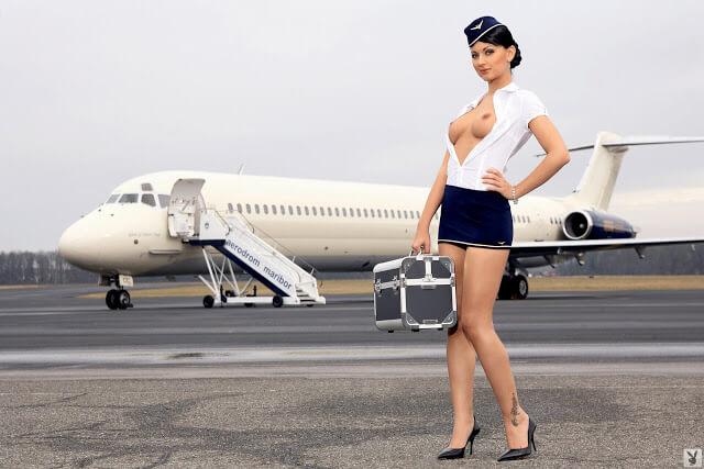 Stewardess Andreja Karba beim Playboy-Shooting