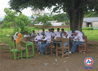 Kekurangan RKB, Siswa SMU PGRI Dompu Terpaksa Belajar di Bawah Pohon