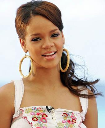 Rihanna kahverengi uzun saçlarını ense hizasından olacak şekilde gevşek bir at kuyruğu saç modeli yaptırmıştır. Bunun yanında kahküllerini yandan ayırarak her iki tarafda ki saç tutamlarını da kulaklarının arkasına iliştirmiştir. Rihanna'yı bu saç modeli oldukça masum kılmıştır.