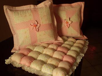 almofadas e trocador em patchwork