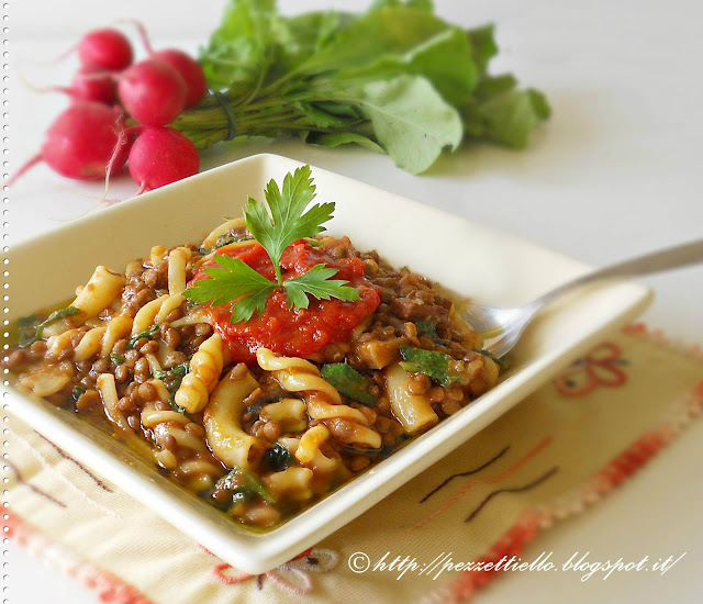 Pasta mista con lenticchie e foglie di ravanello