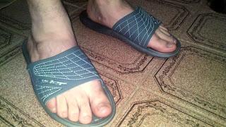 Men in sandals - Pés de homem usando chinelo slide - Pés Masculinos - chinelos Speedo - chinelo masculino para homem