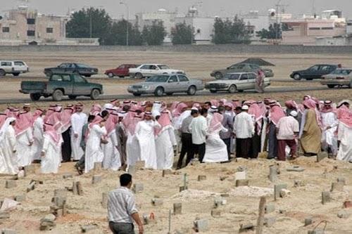 فتحوا مقبرة فى السعودية أخر من دفن فيها منذ 30 سنة ! - شاهدوا ماذا وجدوا فيها !!