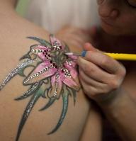 Making pinkish 3D tattoo on shoulder