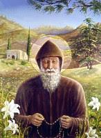 san Charbel en el bosque con la ermita detras rezando el rosario