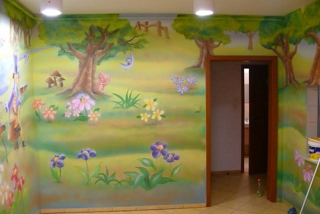 Aranżacja przedszkola Chatka Puchatka, malowanie bajkowego obrazu na ścianie w przedszkolu