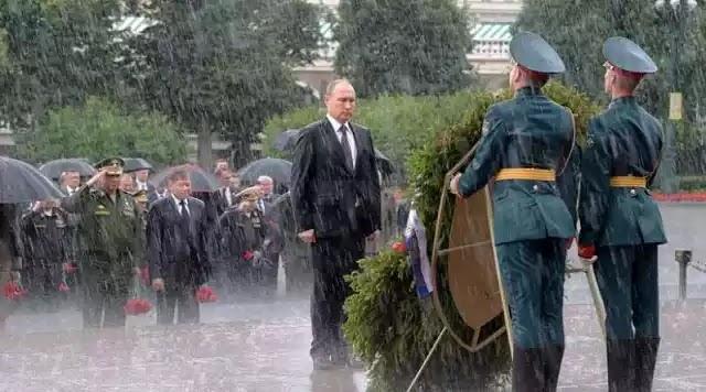 ΕΤΣΙ ΚΑΝΟΥΝ ΟΙ ΜΕΓΑΛΟΙ ΗΓΕΤΕΣ...Ο Β.Πούτιν καταθέτει στεφάνι στους ήρωες ακίνητος υπό βροχή χωρίς ομπρέλες!
