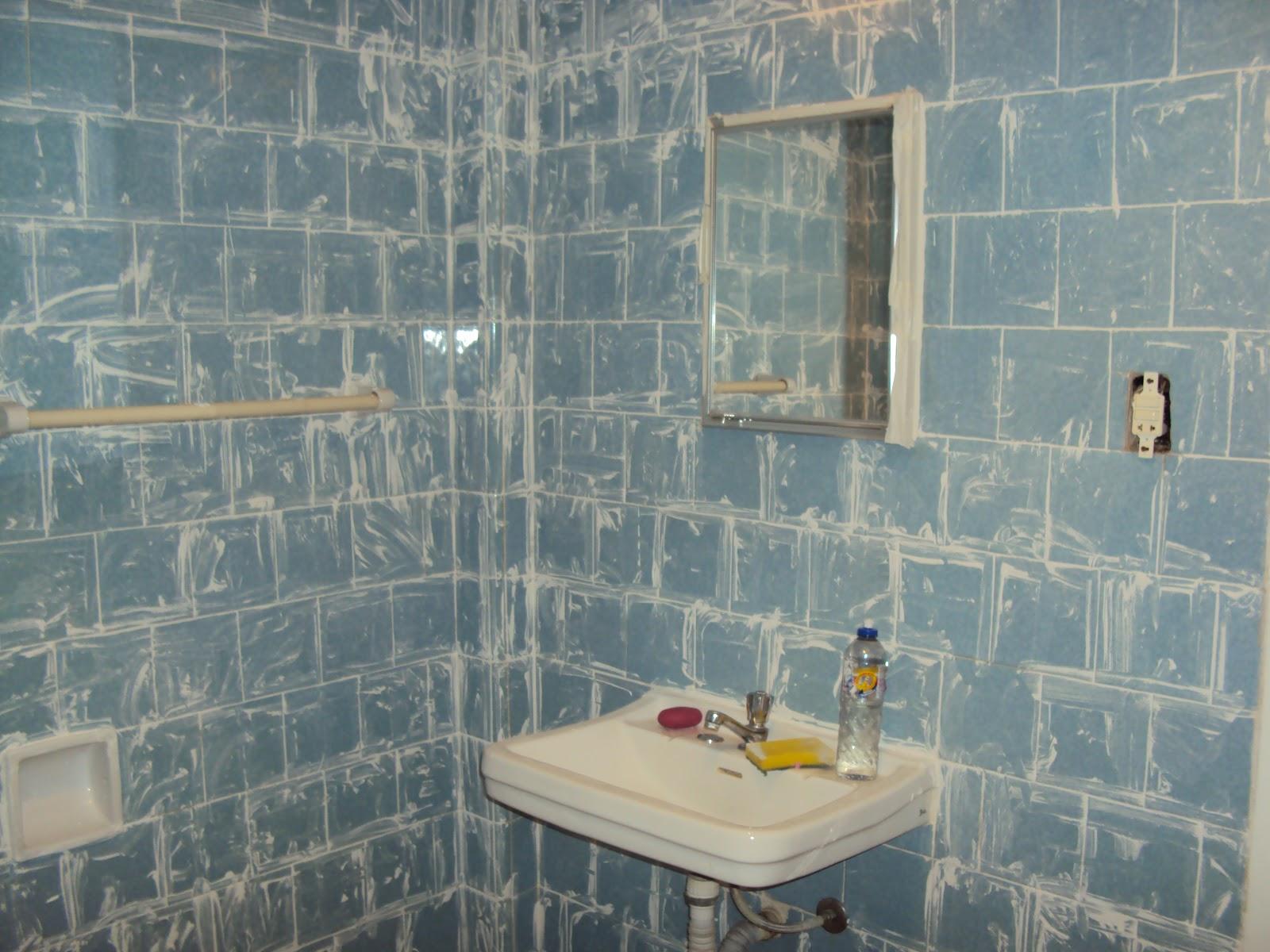 dica: não espere a tinta secar para retirar a fita crepe ou a tinta  #786B53 1600x1200 Banheiro Azulejo Ou Tinta