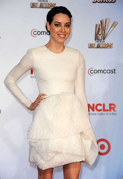 Aubrey Plaza Opted For A Cute White Sculptural Giambattista Valli Long