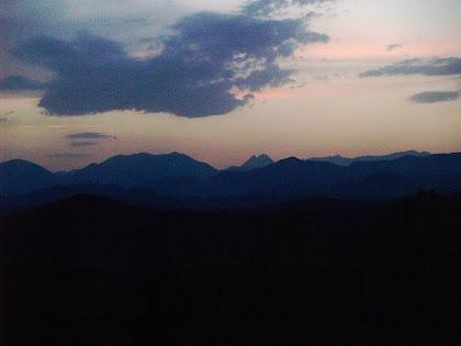 Magnífica vista de les muntanyes del Bergedà al capvespre, des del Camí dels Munts