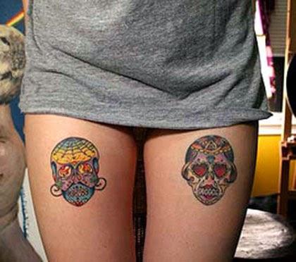 Melhores tatuagens de caveiras mexicanas na coxa feminina