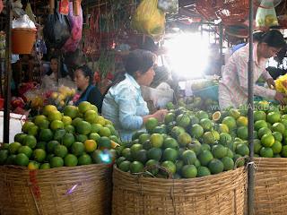 Апельсины в Phsar Thmei - центральный рынок в Пномпене, Камбоджа Есть и быть www.EatAndBe.ru
