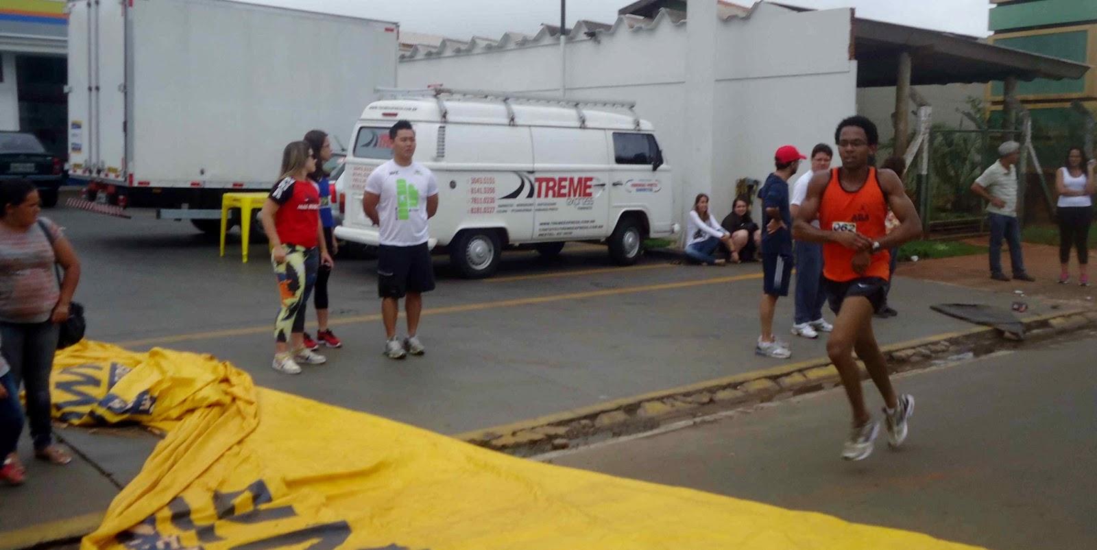 Foto 46 da 1ª Corrida Av. dos Coqueiros em Barretos-SP 14/04/2013 – Atletas cruzando a linha de chegada