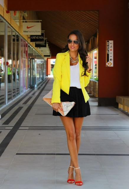 Look em amarelo calças camisa saia e casaco amarelo