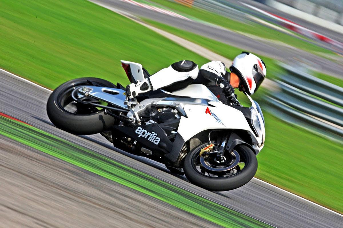 http://4.bp.blogspot.com/-ML-tJG3pGRY/TkbMgLlvroI/AAAAAAAA1bk/9daT_TgGU_w/s1600/2011-Aprilia-RSV4-R-Action-Motorcycles.jpg