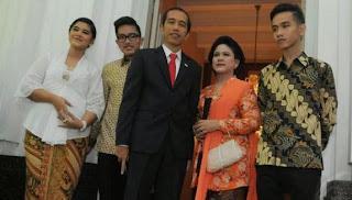 foto keluarga jokowi berasama istri dan 3 anak