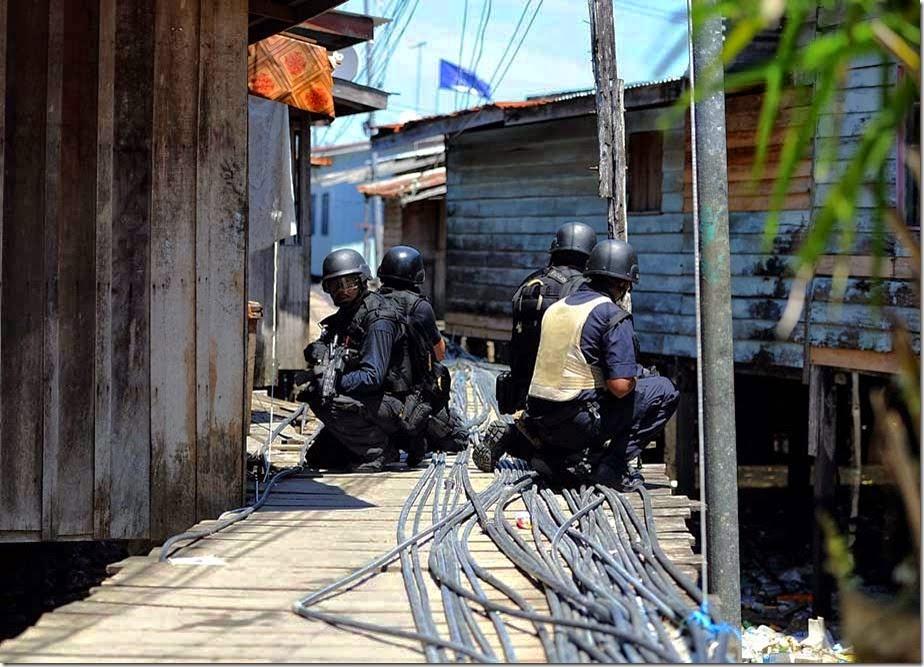 LELAKI BERPAKAIAN PUTIH MENETAK KEPALA IBRAHIM PEGAWAI POLIS TERESAK ESAK CERITAKAN PERISTIWA TRAGIK