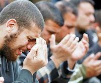 """Abdullah İbnu Mes'ud radıyallahu anh anlatıyor: """"Resülullah aleyhissalâtu vesselam buyurdular ki:  """"Sinek başı kadar bile olsa, gözünden Allah korkusuyla yaş çıkan ve bu yaşı yanak yumrusuna değecek kadar akan hiçbir mü'min kul yoktur ki, Allah onu (ebedi) ateşe haram etmesin!"""""""