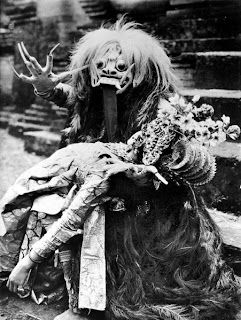 451px COLLECTIE TROPENMUSEUM Monster uit de Tjalon Arang dans TMnr 10004741 Inilah Misteri Kitab Sihir Kuno Calonarang