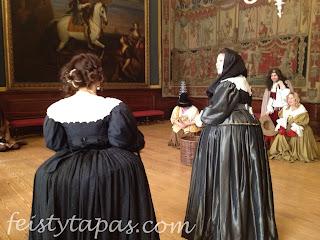 During another live performance by the costumed actors at Hampton Court Palace / Otra actuación de los actores vestidos de época del Palacio de Hampton Court de Historic Royal Palaces