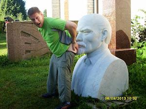 Maailma muuttuu: Vladimir Lenin ja kommarit haistelevat Seppo Lehdon persettä