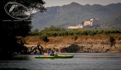 un piragüista a prop de Miravet amb el seu castell al fons