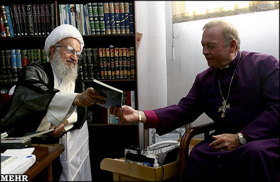Pendeta Kristen Bermesraan Dengan Pendeta Syiah