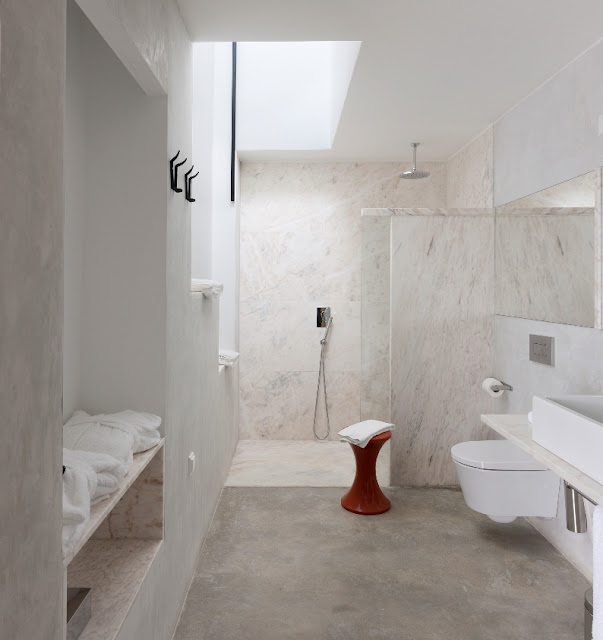 baño paredes de marmol
