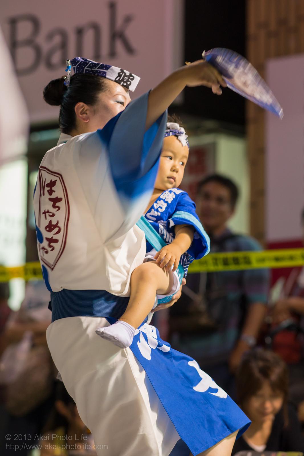 三鷹阿波踊り、波奴連(はちゃめちゃれん)の親子のうちわ踊り