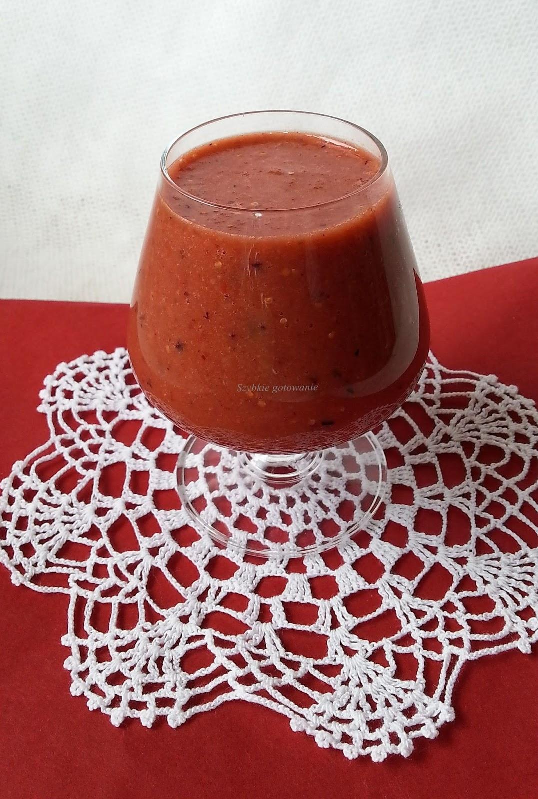 Zdrowy koktajl z jagodami goji i otrębami