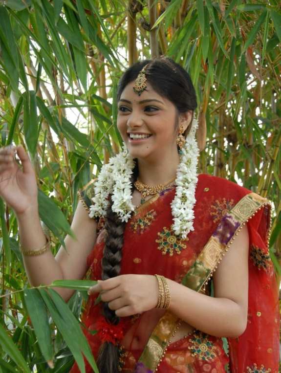 - South Actress Aishwarya Latest Hot Stills in Saree (7)