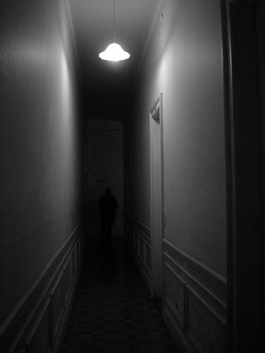 Aquellas almas perdidas buscando su lugar en el mundo for Que color elegir para un pasillo oscuro