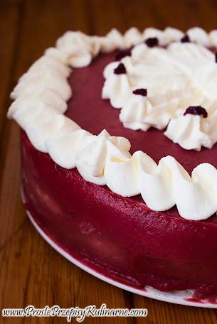 Tort różany z galaretką truskawkową