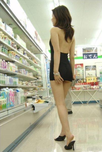 Berani Banget Ni Cewek Berpakaian Seseksi Ini Belanja di Supermarket